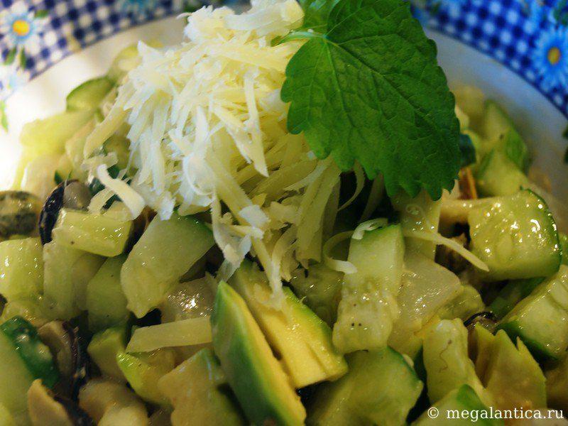 Салат с имбирем, морепродуктами и зеленью