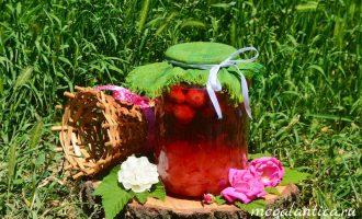 Клубничный компот с чайной розой
