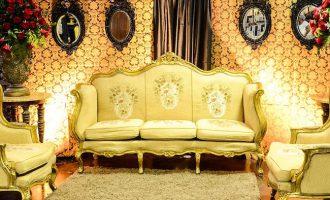 диван золотого цвета
