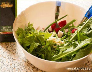 Салат из листьев одуванчика с редисом