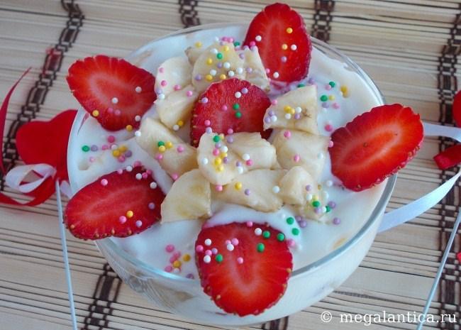творожный десерт с клубникой и бананом - рецепт с фото.