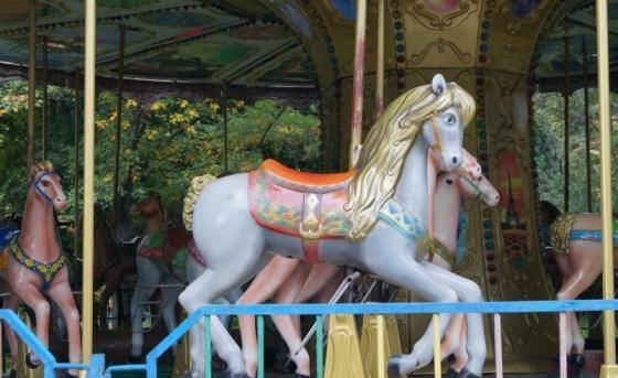 Карусель в парке - романтика родом из детства